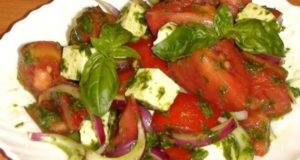 Летний салат с базиликом