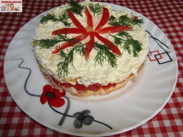 Слоёный салат из лосося и сыра