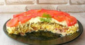 Слоеный салат Чикаго с курицей и грибами
