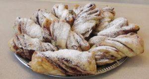Сдобные булочки с джемом и орехами