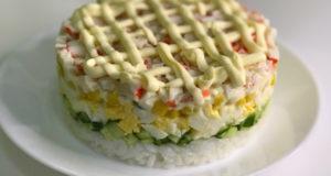 Новогодний салат из крабовых палочек