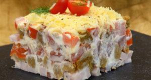 Салат с сухариками и карбонадом