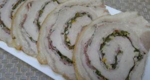Ароматный рулет из свинины с беконом