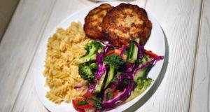 Куриные котлеты с полезным овощным салатом
