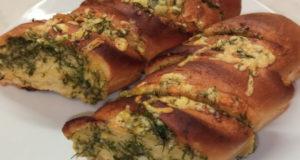 Закусочный батон с сыром, маслом и чесноком в духовке