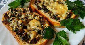 Горячие бутерброды с грибами и зеленью