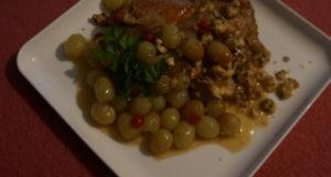 Куриный стейк под виноградным соусом