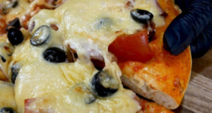 Вкусная пышная пицца
