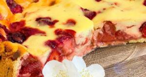 Заливной пирог со свежей клубникой