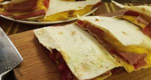 Треугольники с колбасой, сыром и помидорами