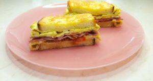Горячий сэндвич на сковороде с яйцом