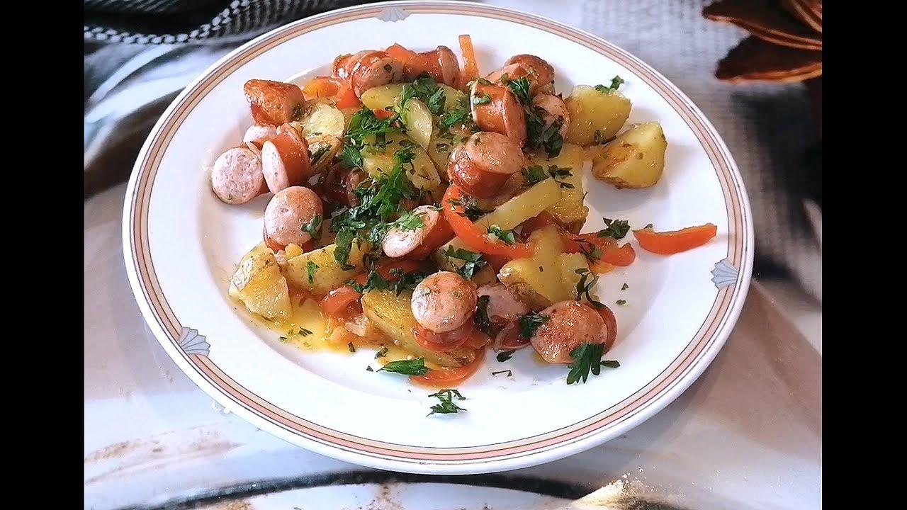 Картофель с охотничьими колбасками и овощами