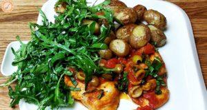 Нежная курица с картофелем и салатом