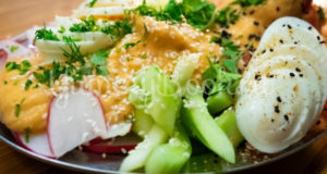 Лёгкий овощной салат с дрессингом из манго авокадо и горчицы