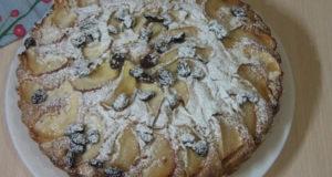 Пирог-шарлотка с яблоками и изюмом