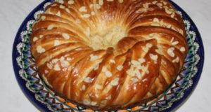 Пирог с вареной сгущенкой и орехами