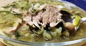 Мясной суп с грибами и луком-порей
