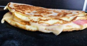 Омлет в лаваше с сыром и ветчиной