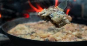 Жареный картофель с селедкой на сковороде