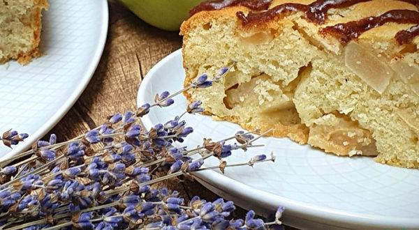 Нежный яблочный пирог с глазурью
