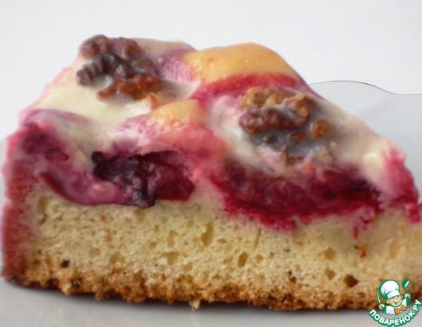 Пирог со сливой и орехами в сметанной глазури
