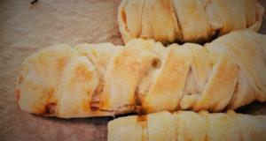 Сосиски в слоеном тесте с сыром и огурцами