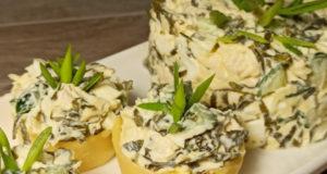 Салат с морской капустой и куриным филе в сырных тарталетках