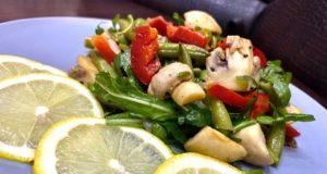 Теплый салат с грибами и спаржевой фасолью