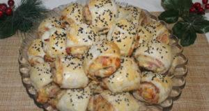 Закусочные рулетики с колбасой и сыром