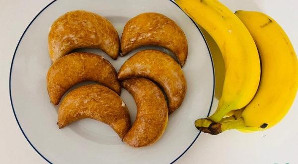 Донат в виде банана с банановым кремом