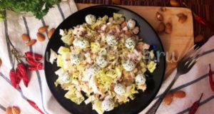 Салат с копчёной курицей грушей и сырными шариками