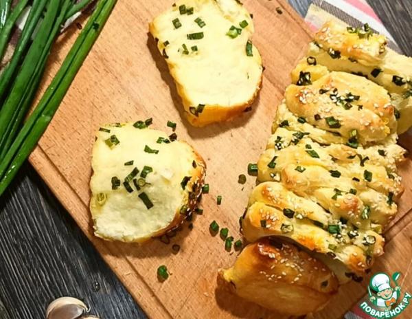 Хлеб с чесночным маслом и зеленым луком