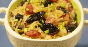 Бигос с квашеной капустой колбасой и черносливом
