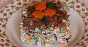 Салат из фасоли с зеленым горошком и сухариками