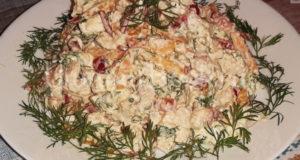 Салат с курицей сыром Фета и овощами