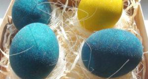 Крашеные яйца в белом вине