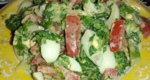 Салат с брокколи и перепелиным яйцом