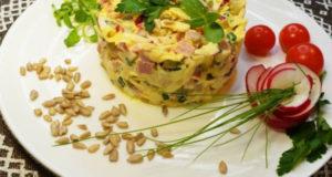 Салат с ветчиной, редисом солёным огурцом