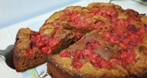 Шоколадный пирог с вишней, орехами и пряностями