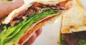 Сендвич с беконом, сыром и овощами
