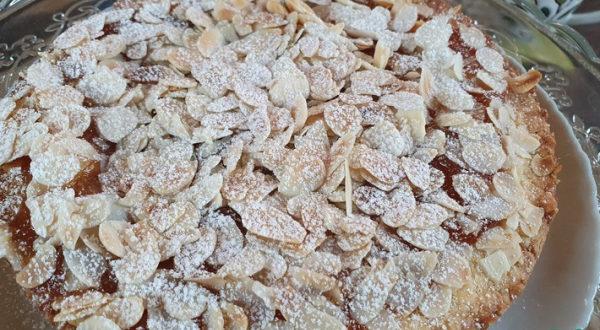 Абрикосовый пирог с орехами
