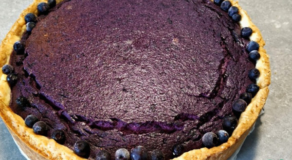 Заливной пирог с черникой и творогом