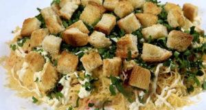 Салат с сухариками и крабовыми палочками