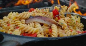 Паста с соусом из запеченного перца и анчоусов