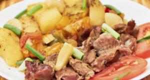Куриные желудочки с овощами в духовке