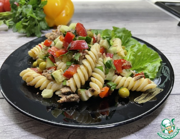 Салат с тунцом, овощами и макаронами