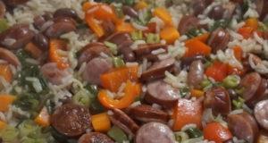Рис с охотничьими колбасками и овощами
