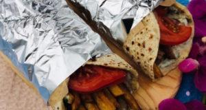 Уличная еда-греческая лепешка гирос