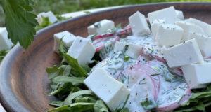 Салат из редиса рукколы и брынзы