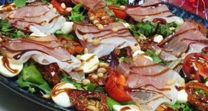 Салат с томатами моцареллой и окороком
